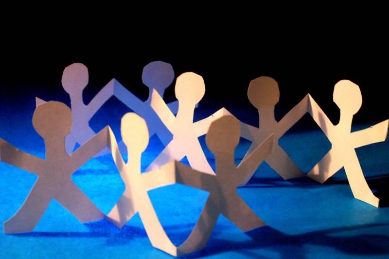 Menschenkette_Papier_S_Hofschlaeger_pixeliofFa34x4x3X8sF