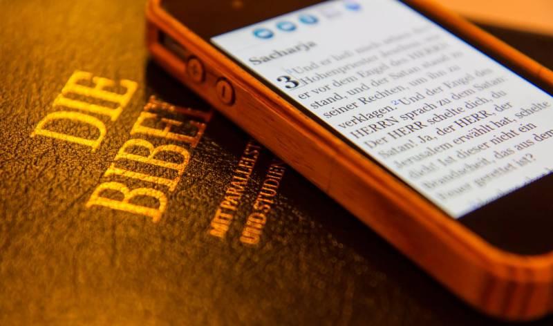 Bibel_Smartphone_MatthiasMueller