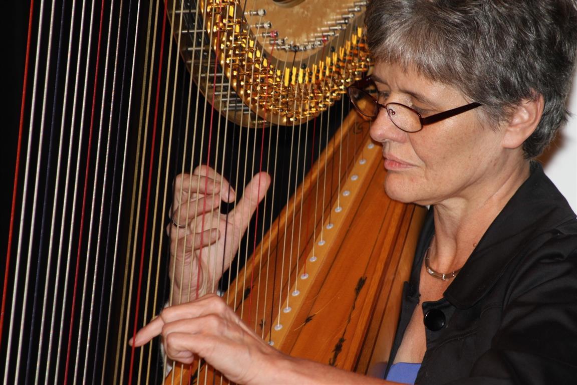 Harfenistin Claudia Forster