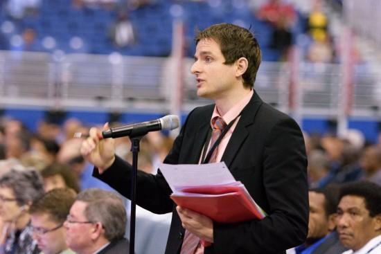 Delegierter am Mikrofon