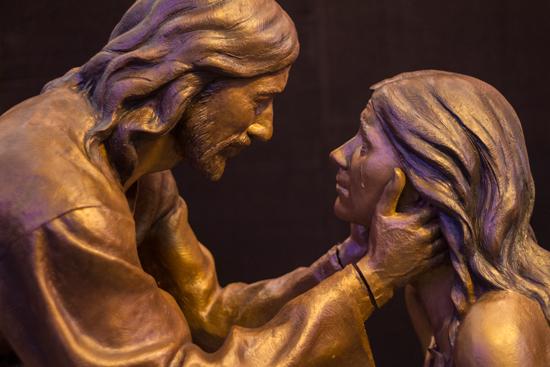 Bronzskulptur Jesus und die Ehebrecherin